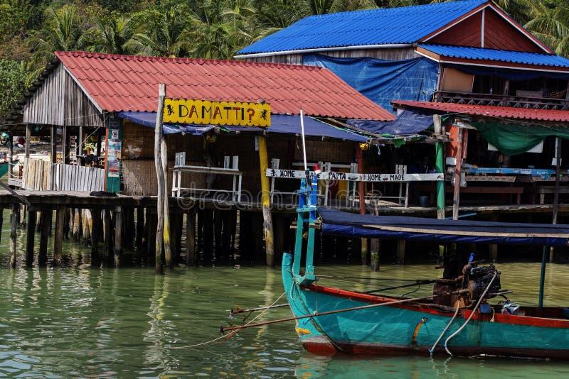 Koh Rong wyspa Kambodża, Kwiecień, - 7, 2018: Widok nadmorski wioska z restauracją i drewnianą łodzią zdjęcie stock