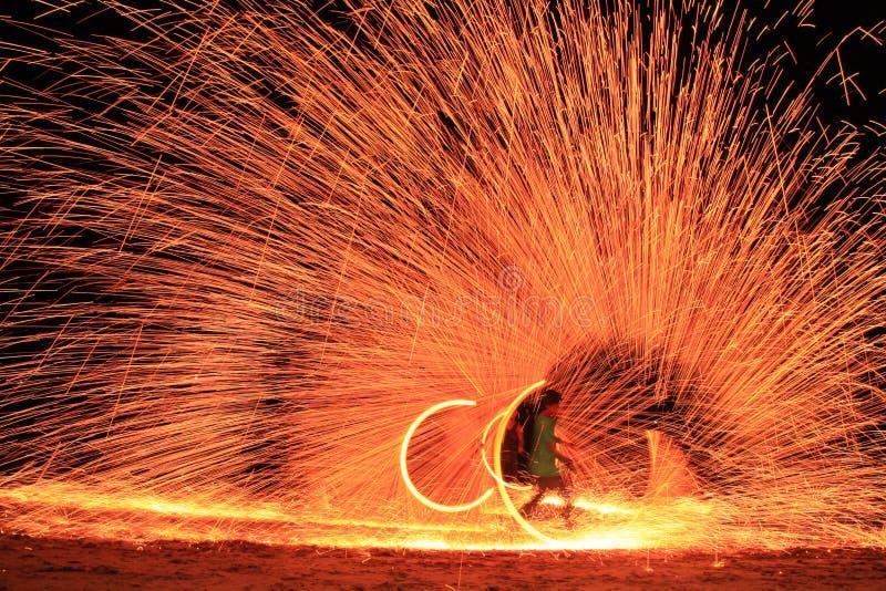 Koh Samet, Rayong, Tailândia, 17 de abril de 2019, belos círculos de incêndio com talento na ilha de praia de festas noturnas na  foto de stock