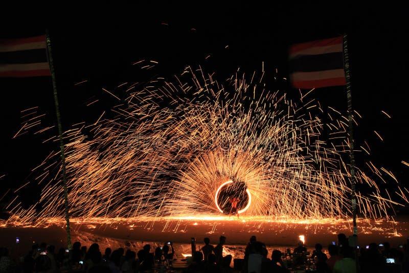 Koh Samet, Rayong, Tajlandia, 17 kwietnia 2019 r., piękne koło ognia, wznoszące talent na nocnej wyspie plażowej w Tajlandii zdjęcie royalty free
