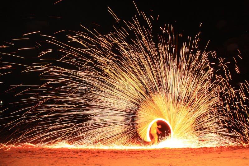 Koh Samet, Rayong, Tajlandia, 17 kwietnia 2019 r., piękne koło ognia, wznoszące talent na nocnej wyspie plażowej w Tajlandii zdjęcie stock