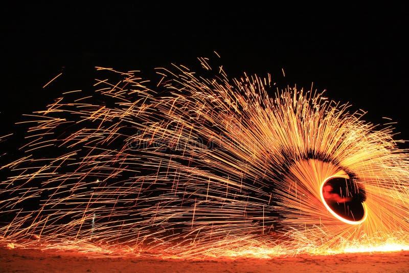 Koh Samet, Rayong, Tajlandia, 17 kwietnia 2019 r., piękne koło ognia, wznoszące talent na nocnej wyspie plażowej w Tajlandii fotografia royalty free