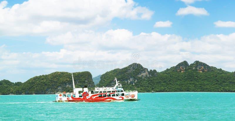 Koh Samui, Таиланд - 5-ое августа 2011: Паром Seatran транспортируя пассажира от провинции Surat Thani пристани Donsak к Koh Samu стоковые изображения