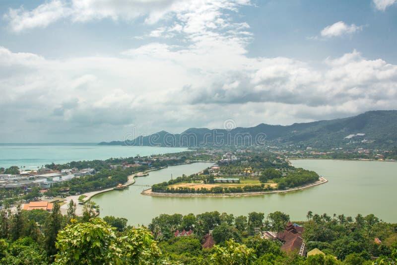 Koh Samui chawengstrand och sjö, sikt från kullen royaltyfria bilder