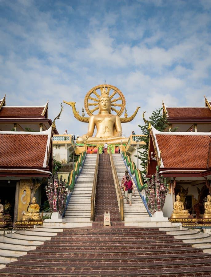 KOH SAMUI, TAILÂNDIA - 24 DE DEZEMBRO: Buda grande em Wat Phra Yai no Koh fotos de stock