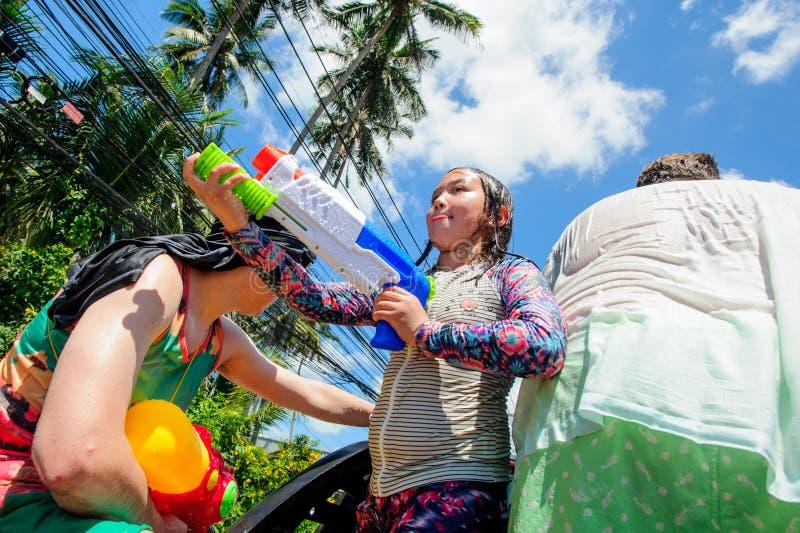 Koh Samui, Thailand - April 13, 2018: Songkranpartij - het Thaise Nieuwjaarfestival Mensen die samen vieren stock fotografie