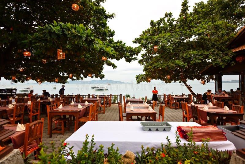 KOH SAMUI, Thailand, im Juli 2017 Restaurant auf dem Strand mit Blick auf das Meer stockbild