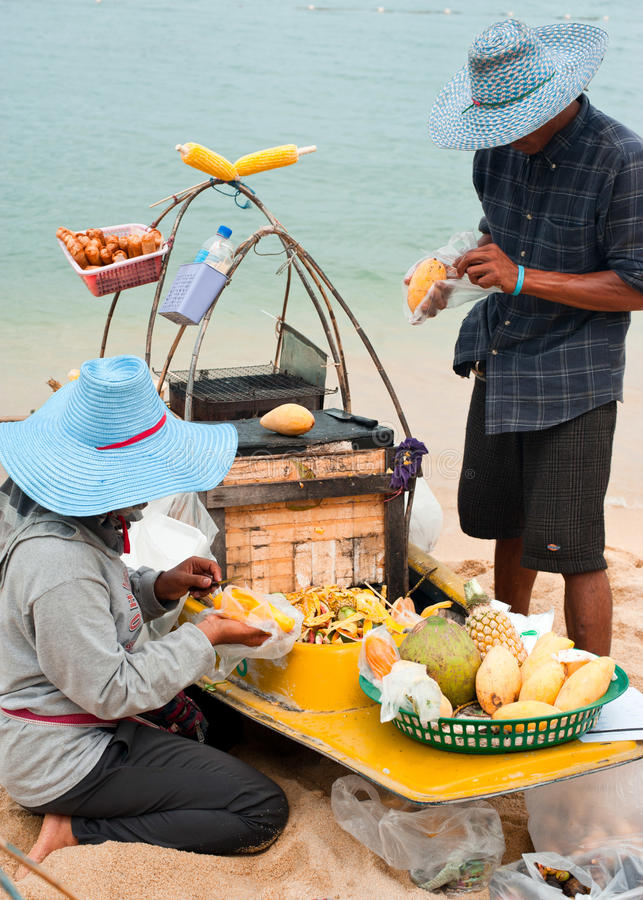Thailändische Leute, die traditionelle Nahrung am Strand verkaufen stockfotografie