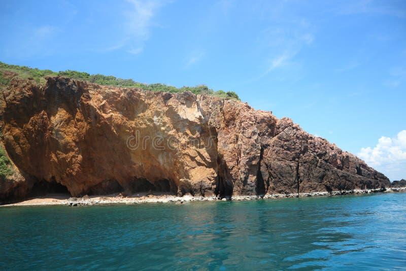 Koh Talu mit blauer Himmel Inselseelandschaft lizenzfreie stockfotos