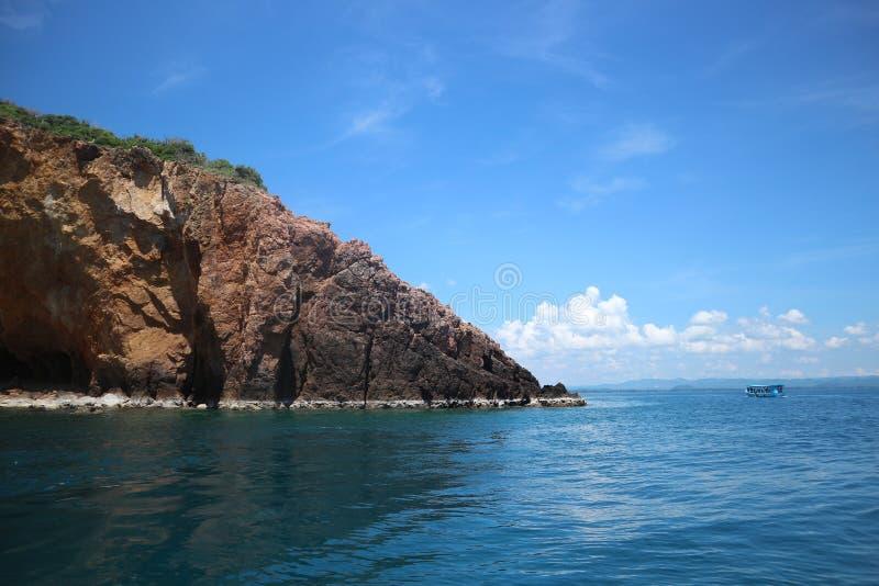 Koh Talu mit blauer Himmel Inselseelandschaft stockbilder