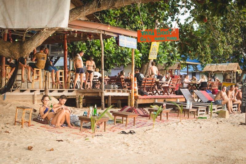 Koh Tao, Tailandia, il 19 febbraio 2017: barra della spiaggia sulla spiaggia di Sairee, immagini stock