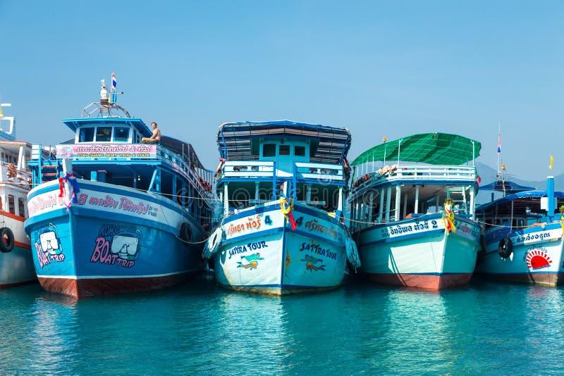 Koh Wai, Tailandia - 31 de enero de 2014 Naves turísticas imagenes de archivo