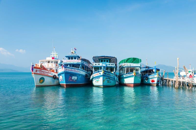 Koh Wai, Tailandia - 31 de enero de 2014 Naves turísticas foto de archivo