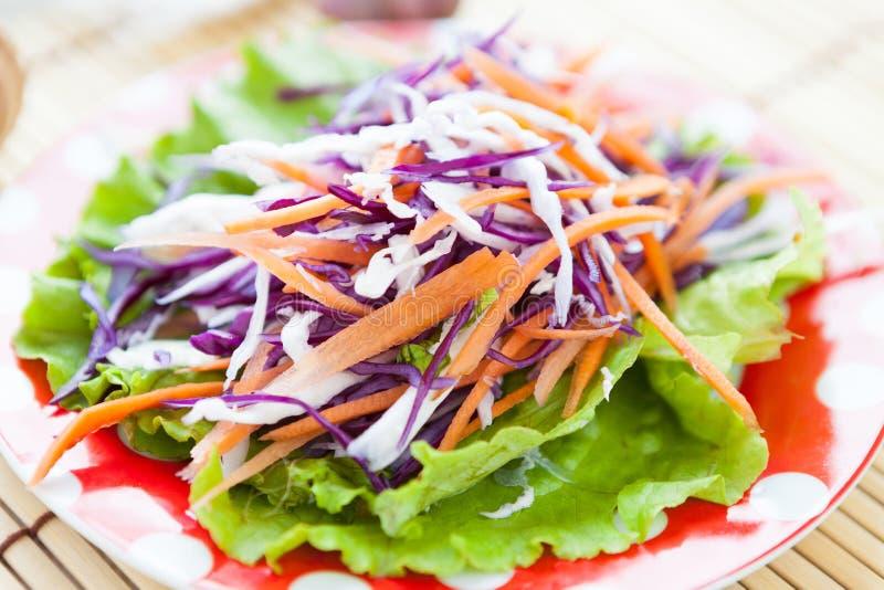Kohl-Karotte Salat und Kopfsalat stockfoto
