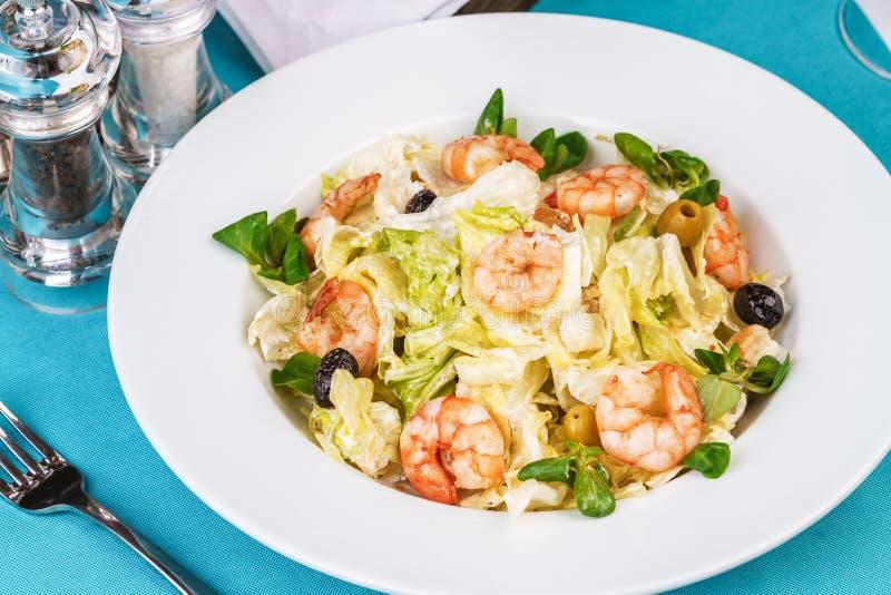 Kohl, Tomaten, Garnelen, Oliven, Oliven, Basilikum und Rosmarin, gewürzt mit Olivenöl europäischen Gericht stockfotos
