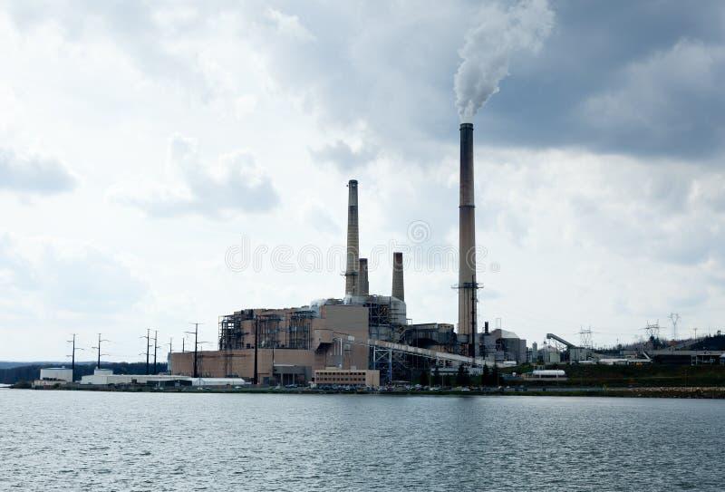 Kohle angeschaltenes Elektrizitätsgenerierung lizenzfreies stockfoto