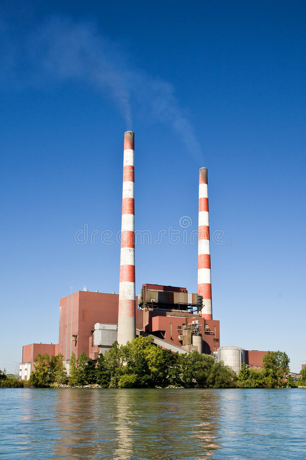 Kohle-brennende Leistungs-Anlage lizenzfreie stockfotografie