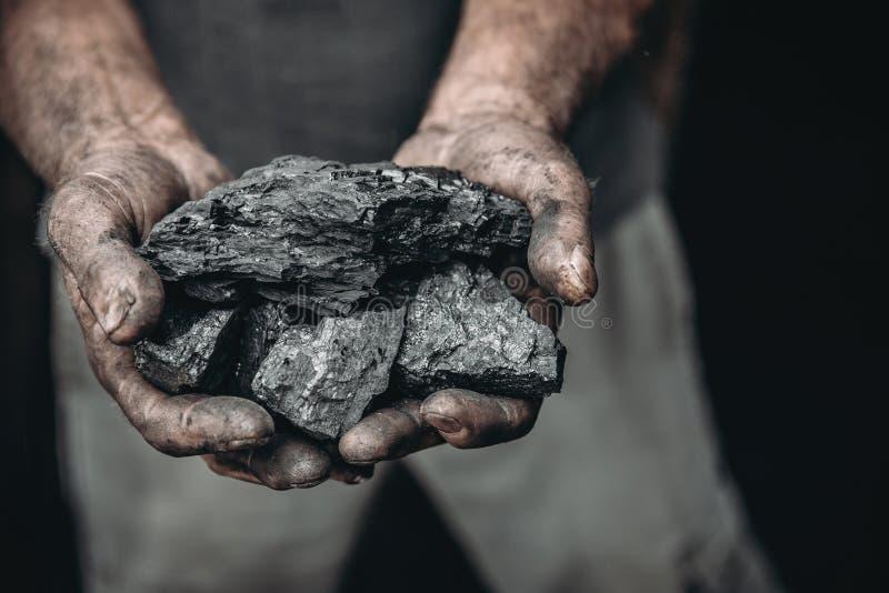 Kohle in den Bergmanngriffen Konzeptindustriebergbau lizenzfreie stockfotos