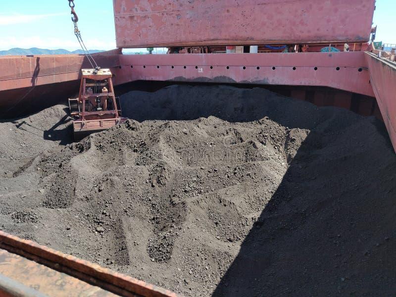 Kohle, die Operation auf Massengutfrachter entlädt lizenzfreie stockfotos