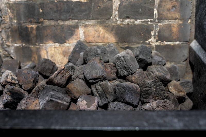 Kohle in einem unlit viktorianischen Küchenkamin stockfotos