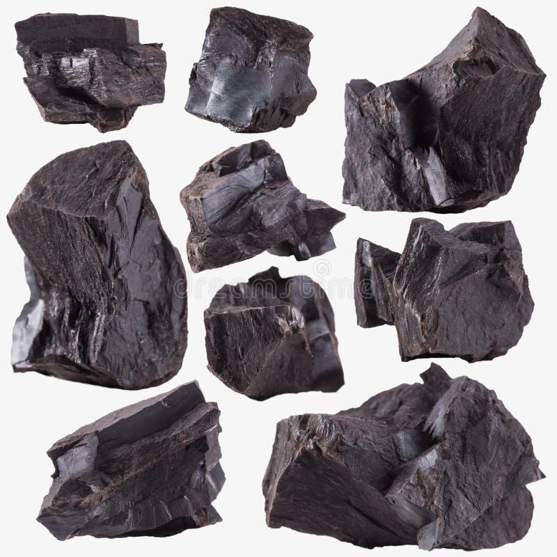 Kohle fasst die Sammlung zusammen, die auf Weiß verschüttet wird stockfotografie