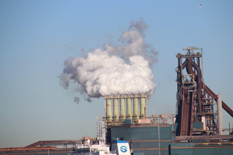 Kohle und Eisenerz werden an den Seeschiffen an der Stahlfabrik von Tata in IJmuiden die Niederlande entladen lizenzfreie stockfotografie