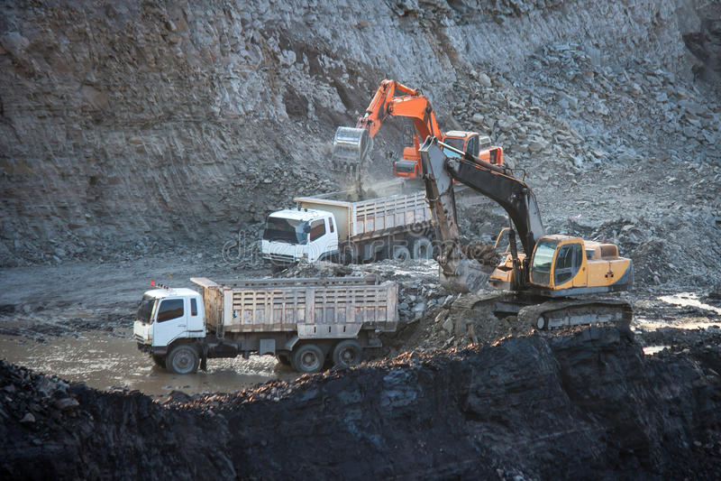 Kohle-Vorbereitungsanlage Großer Bergbau-LKW an Arbeitsstandort-Kohlentransport lizenzfreies stockfoto