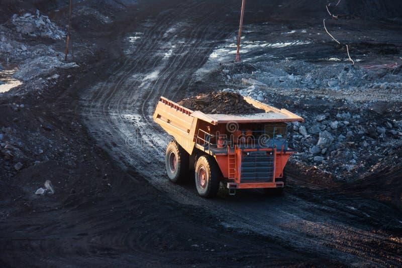 Kohle-Vorbereitungsanlage Großer Bergbau-LKW an Arbeitsstandort-Kohlentransport stockfotografie
