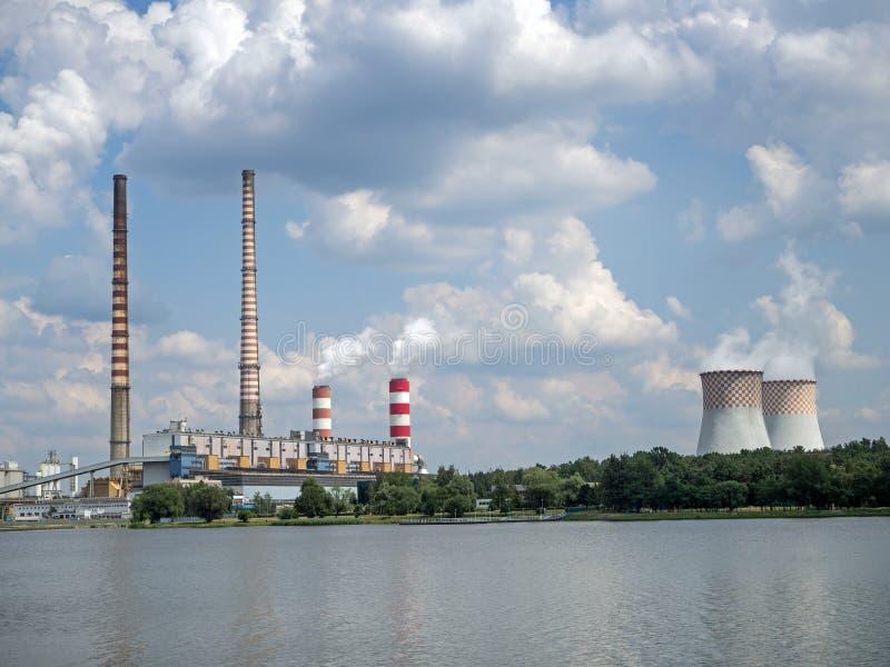 Kohlebeheiztes Kraftwerk gelegen auf dem Rybnik See, Polen stockfotos