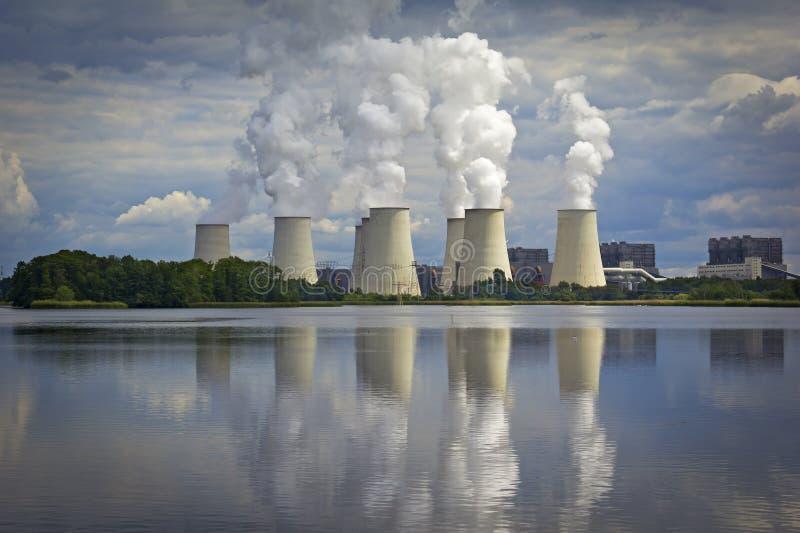 Kohlekraftwerk, Kraftwerk morgens sehen lizenzfreies stockfoto
