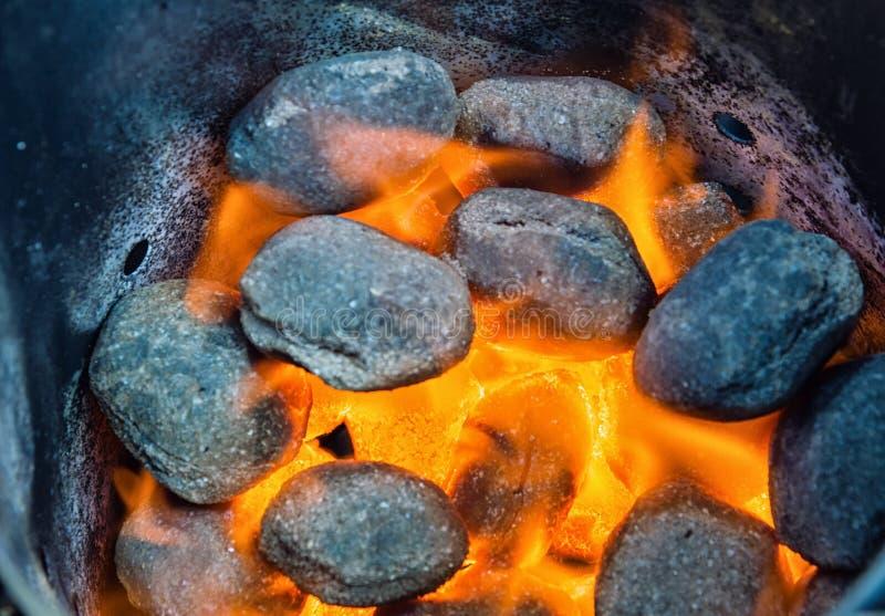 Kohlen auf Feuer stockfotografie