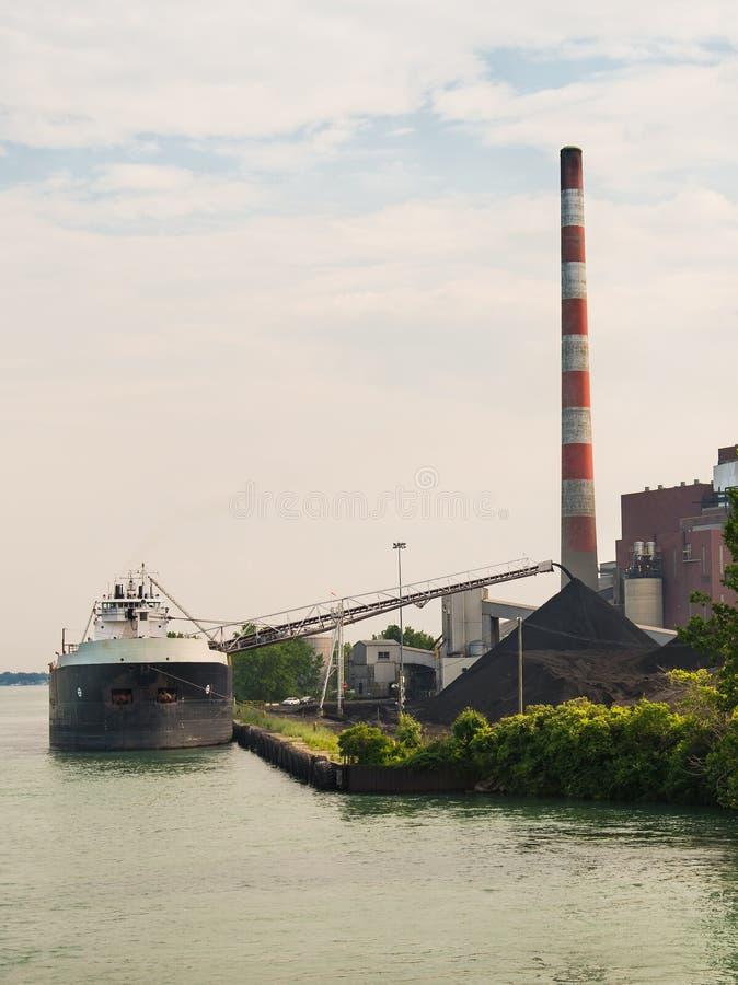 Kohlen-Schiffs-Entleerung lizenzfreie stockbilder