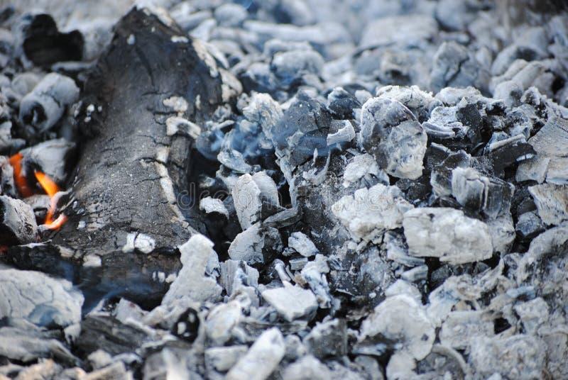 Kohlen von einem ausgestorbenen Feuer stockfotos