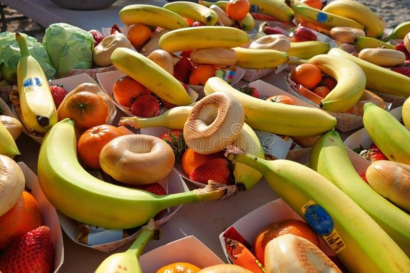 Kohlenhydratsnäcke für Teilnehmer nach einem Marathonlauf stockfoto