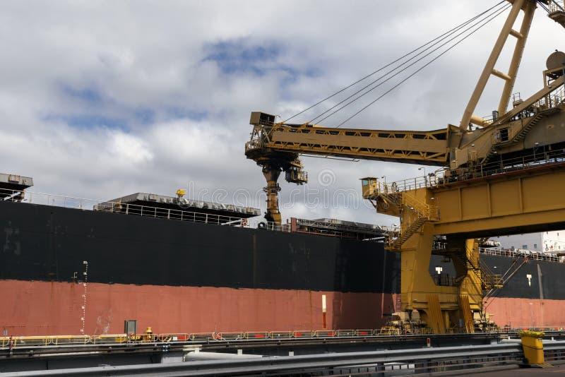 Kohlenladenausrüstung, die ein Schiff mit Kohle füllt lizenzfreie stockfotografie