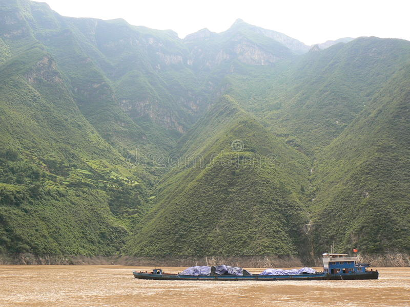 Kohlenlastkahn auf dem Fluss Yangtze lizenzfreie stockfotografie