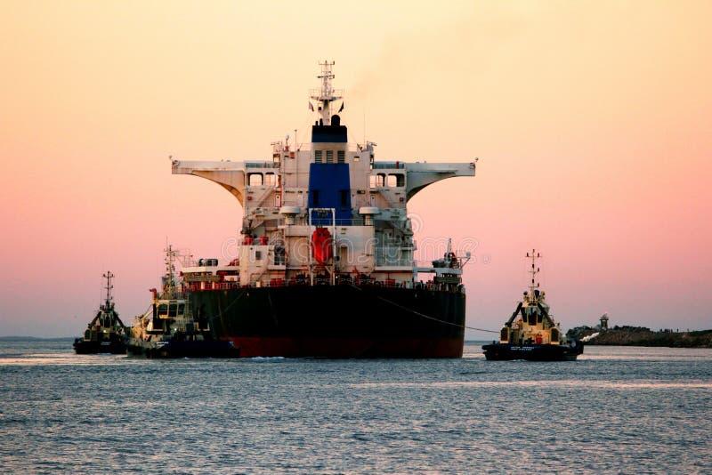 Kohlenschiff, das Hafen verlässt lizenzfreies stockbild