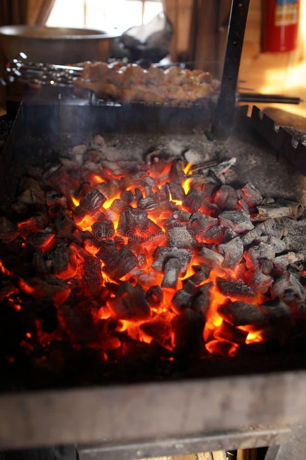 Kohlenvorbereitung für Grill lizenzfreie stockbilder