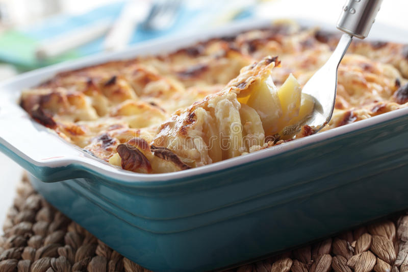 Kohlrabi- und Kartoffelgratin stockfotos