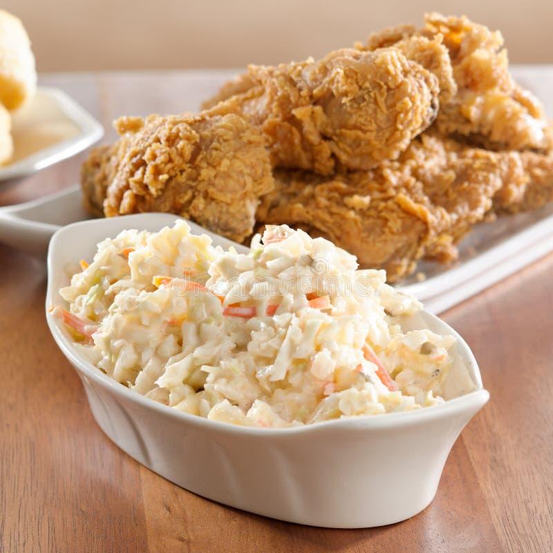 Kohlsalat mit gebratenem Huhn im Hintergrund. stockfoto