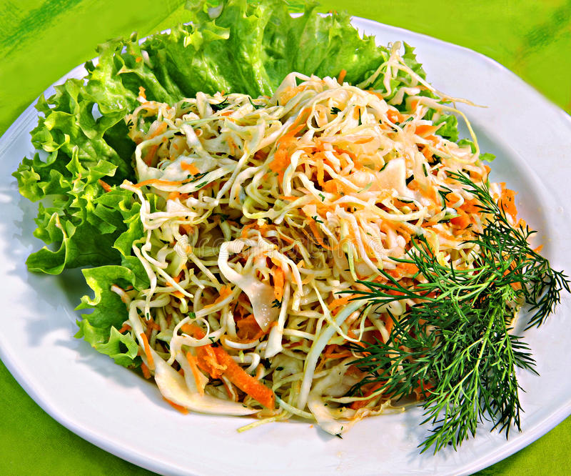 Kohlsalat mit Karotten lizenzfreie stockbilder
