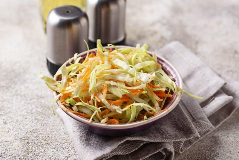 Kohlsalat mit Kohl, traditioneller amerikanischer Salat stockbild