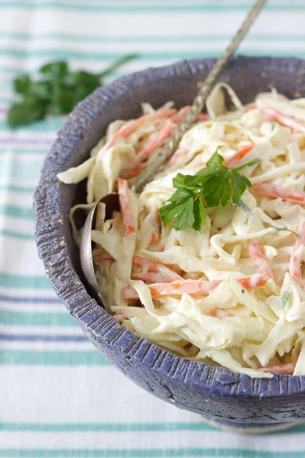 Kohlsalat-Salat vom Kohl und von den Karotten mit dem Zurechtmachen der Majonäse lizenzfreies stockfoto