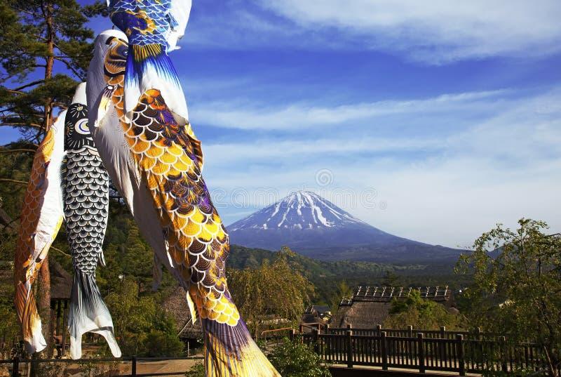 Koinbori около Mount Fuji стоковые изображения
