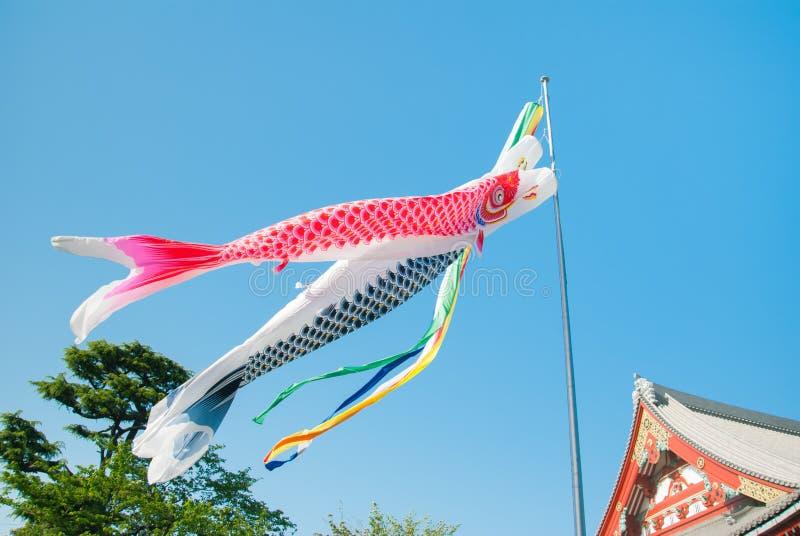 Koinobori :飞行在Senso籍寺庙的日本鲤鱼飘带在东京,日本 免版税库存照片