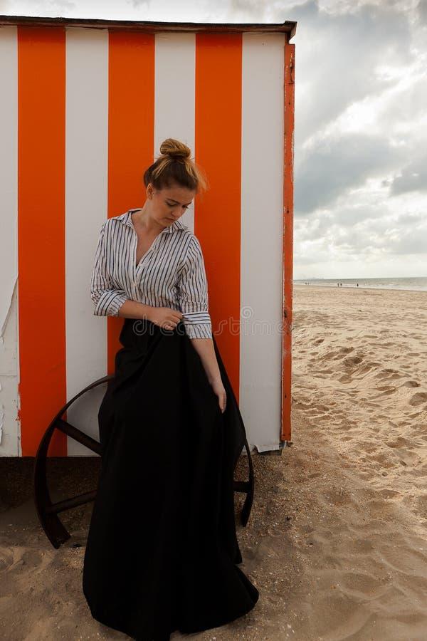 Koja för kvinnasolsand, De Panne, Belgien royaltyfri foto