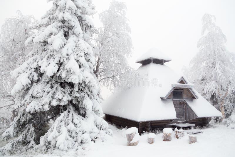 Koja i vinterskogen fotografering för bildbyråer