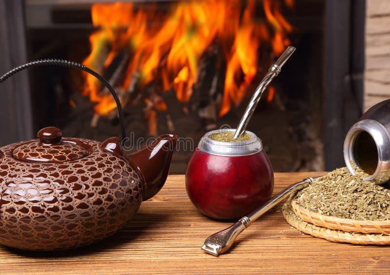Kojarzyć w parę w kalabasie, czajnik, yerba zdjęcia stock