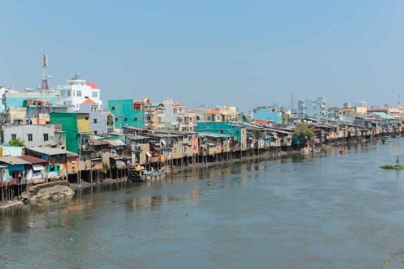 Kojor för fattig grannskap på styltor på flodstranden i Ho Chi Minh royaltyfri foto