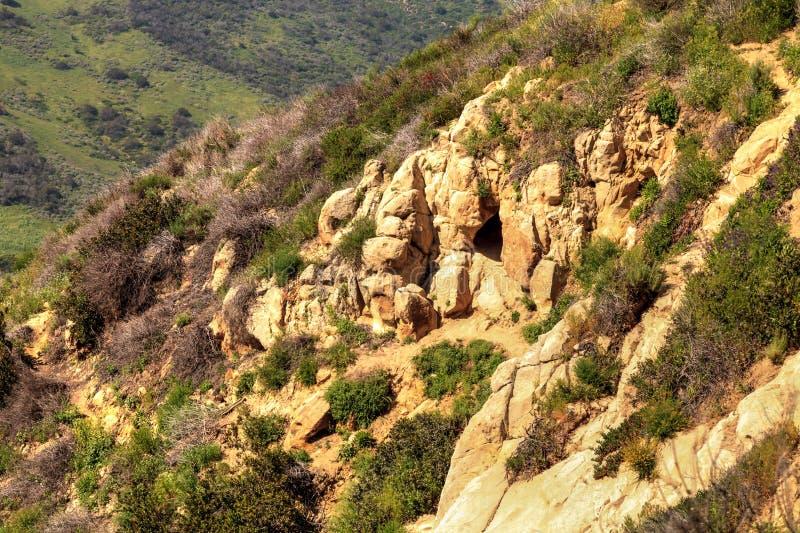 Kojotehöhlenhöhle in einem Bergabhang stockfotos