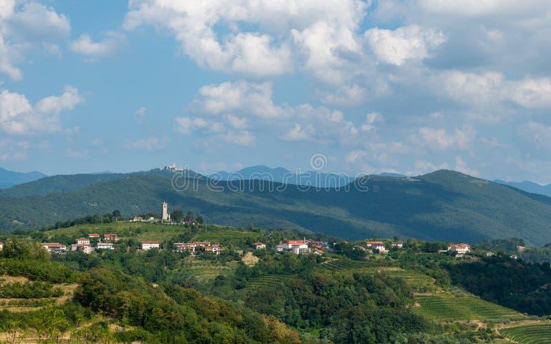 Kojsko, Goriska Brda Sloveniain著名葡萄酒增长区域村庄,点燃由太阳和云彩在背景中,圣洁 库存照片